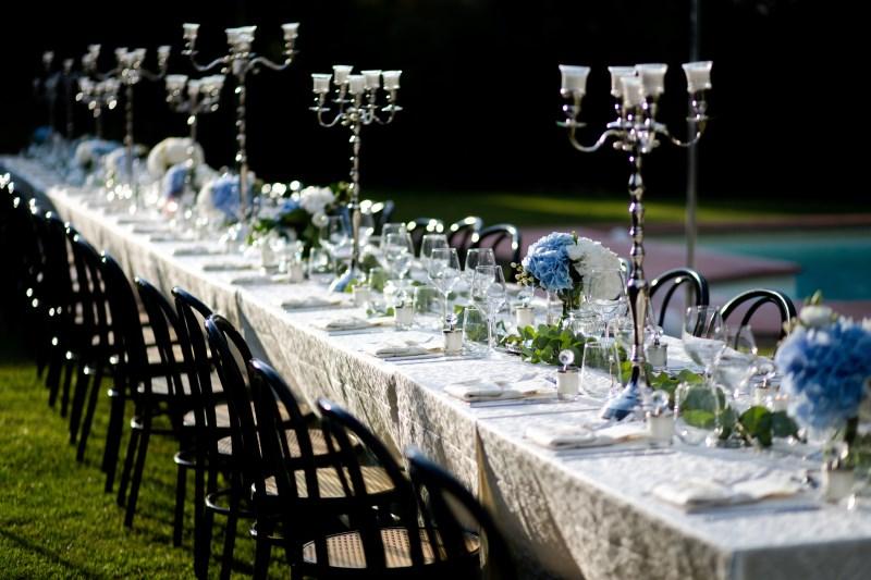 Elegant wedding table with blu hortensias and candlesticks - wedding planner siena