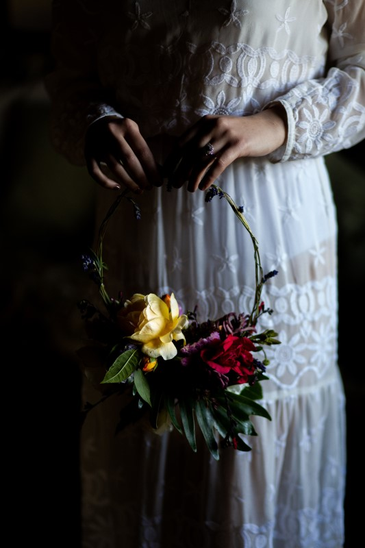 Bride with hippie bohemian dress and her hula hoop bouquet - wedding planner siena