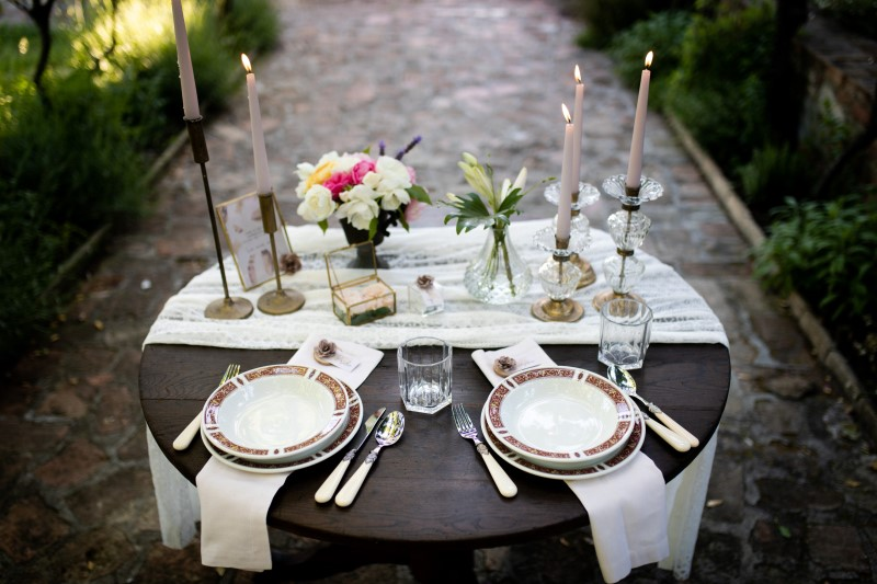 Boho table set with candlesticks and natural decorations - wedding planner siena