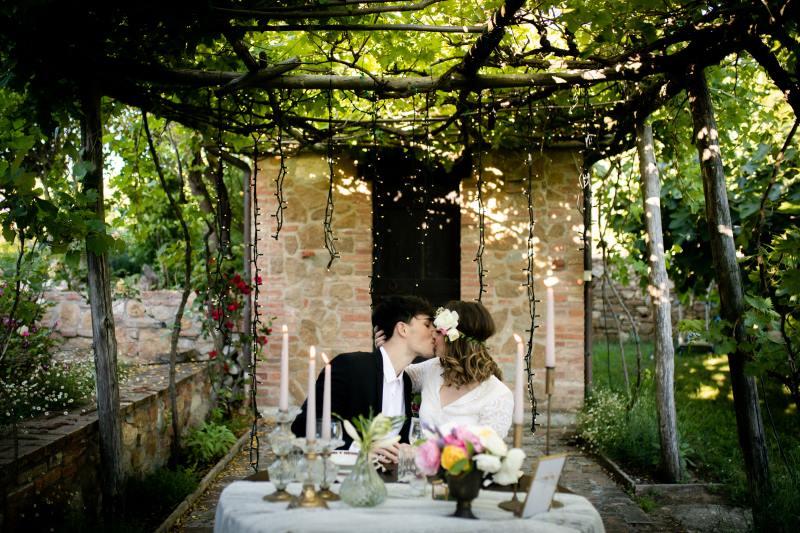 Fairylight outdoor dinner under the porch - wedding planner siena