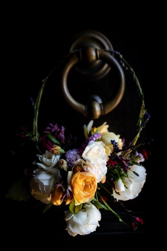 Hula hoop bridal bouquet with colorful flowers - wedding planner siena