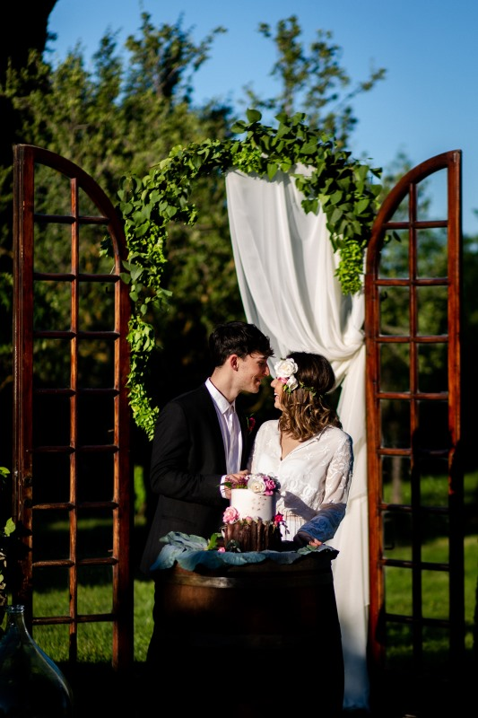 Wedding cake moment with a vintage door as background - wedding planner siena