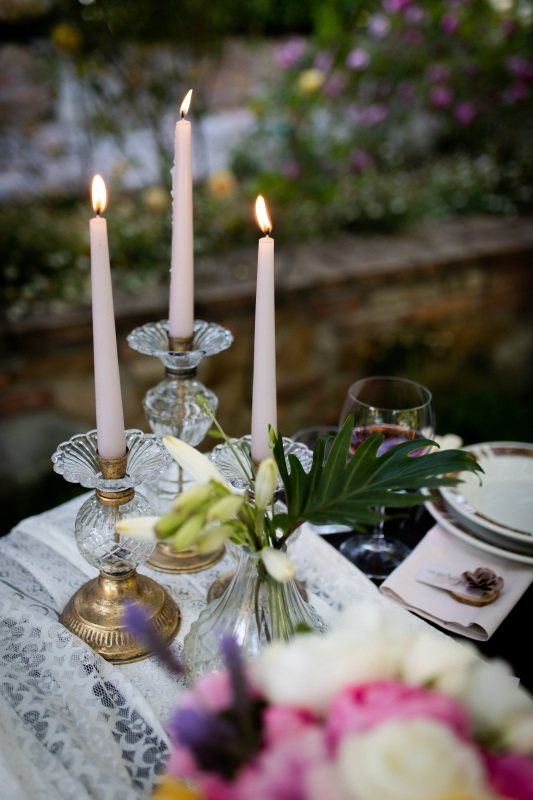 Golden sticks and dusty pink candles as table decoration - wedding planner siena