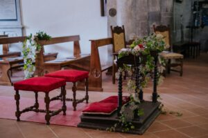 Church decorated with blu and red flowers - wedding planner tuscany